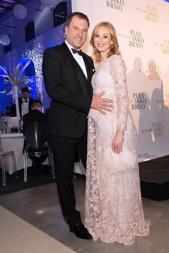 Daniel Farnbauer s exmanželkou Lucií čeká třetího potomka. Lucie na Ples jako Brno oblékla nádherné šaty Poner, kabelka je od stejného návrhářského dua.