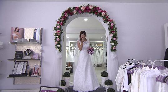 Monika zvolila klasické bílé šaty.
