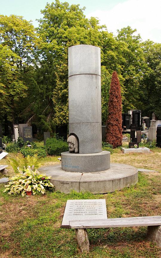 Na jednom z přilehlých náhrobků naleznete i jméno celoživotní přítelkyně Lídy, která pro svou paní obětovala život.