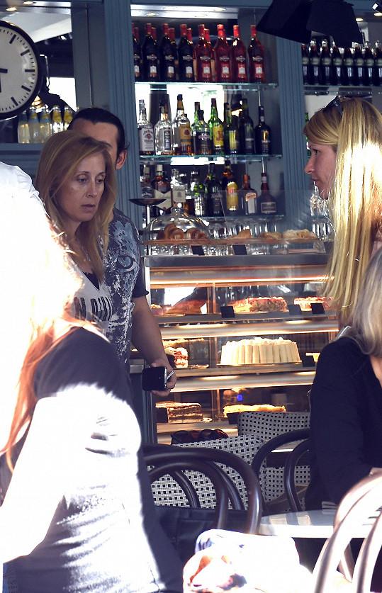 Zpěvačka Lara Fabian v kavárně s přáteli.
