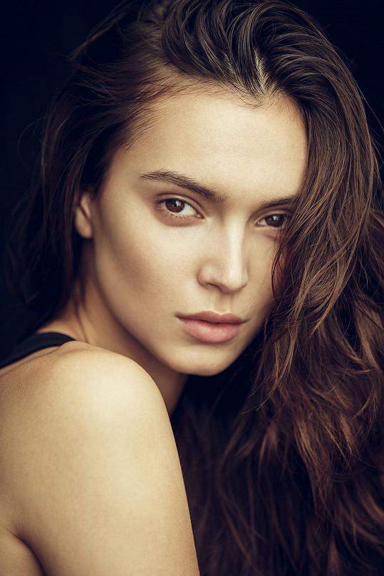 Vítová je aktuálně tváří kosmetické značky Clarins.