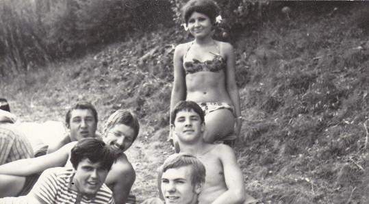 A zase samí muži. Čtrnáctiletá Jitka Zelenková s kamarády na koupališti Tyršák u Rakovníka.
