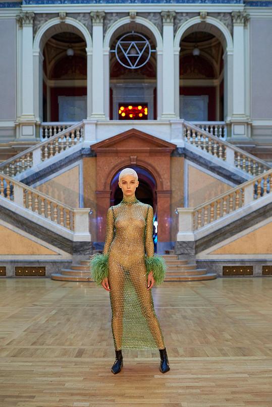 Vrcholem kolekce je světle zelená róba ušitá z jedinečné křišťálové sítě Preciosa.