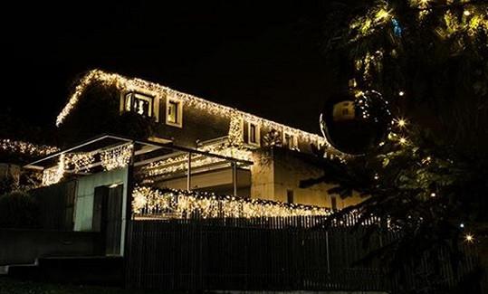 Dům Lucie Bílé se o Vánocích zahalil do světel.