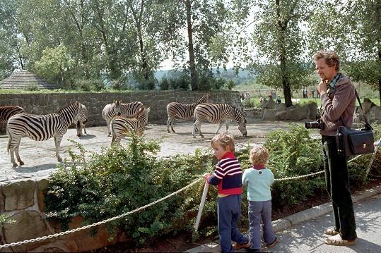 Takhle si před lety užíval s dětmi v zoo.