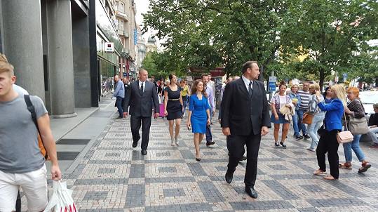 I turisté si ji na Václaváku fotili.