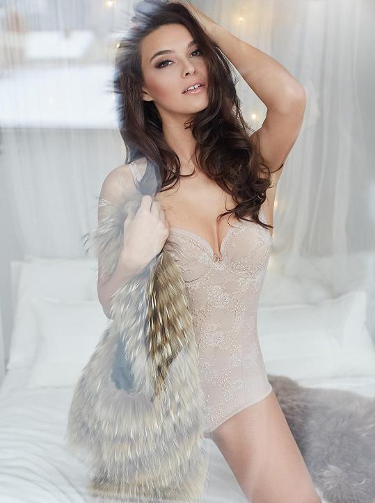 Focení probíhalo v novém ateliéru Kateřiny Novotné, který je zařízený jako holčičí pokojíček. Všemu přihlížel modelčin jorkšírský teriér.