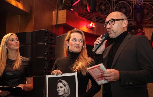 Lešek Wronka pokřtil v charitativním kalendáři snímek operní pěvkyně Alžběty Poláčkové.