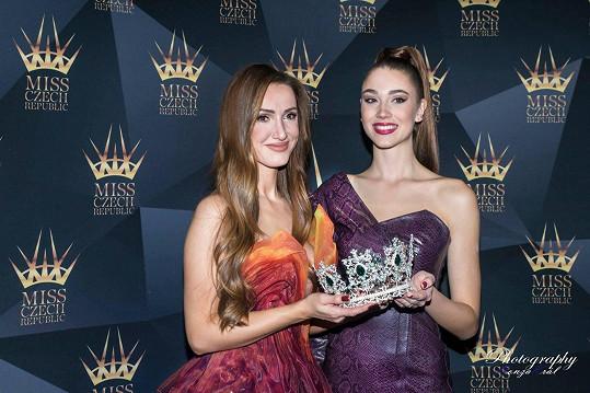 Táňa s aktuální vítězkou Denisou Spergerovou a korunkou od Šenýru, která ozdobí budoucí královnu krásy.