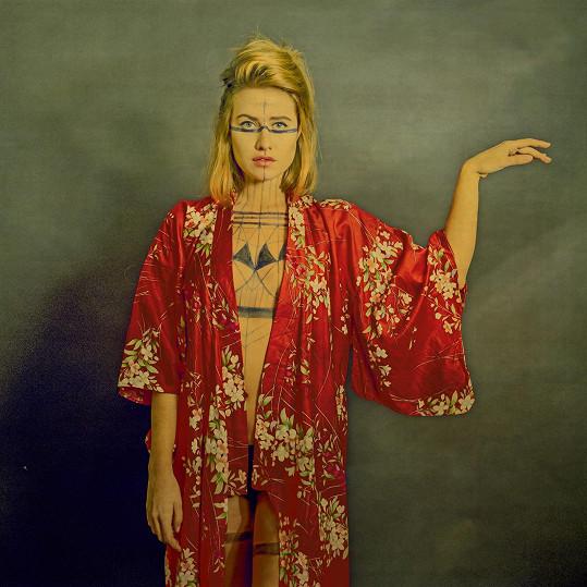 V kimonu jí to opravdu sluší.