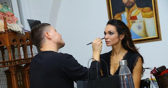 Manželka Vaška Noida Bárty během přípravy líčení