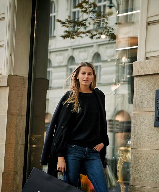 Během své poslední návštěvy Prahy nezahálela.
