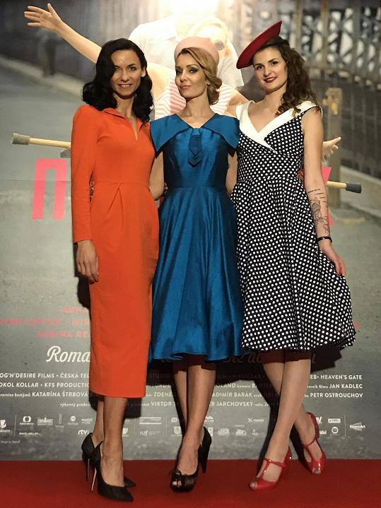 Manželka Petra Vágnera Gábina (uprostřed) vystihla atmosféru filmu a oblékla retro model z dílny české značky Lazy Eye.