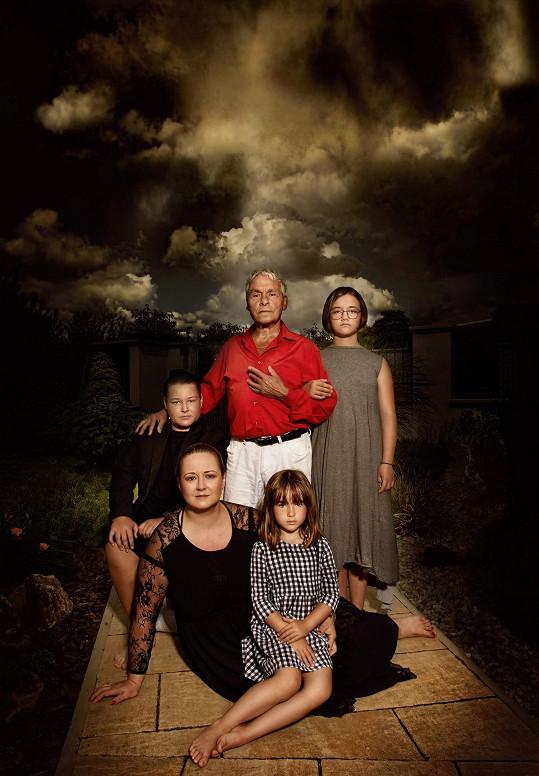 Na fotce pro měsíc září prý vypadají Saudkovi jako Addamsova rodina.