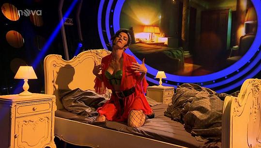 Její vystoupení začínalo stejně jako ve videoklipu v posteli.