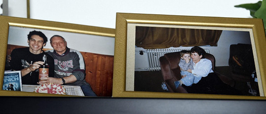 Moc svého si za dva týdny nepořídil. Přivezl si fotografie s dědou a babičkou, kteří ho vychovávali.