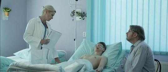Ve videoklipu si zahrála místní lékařka.