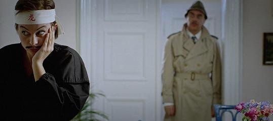 Růžový panter opět útočí. Mottlová ztvárnila roli ze slavné komedie.