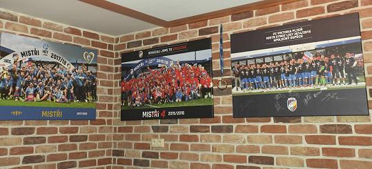 Stěny pokrývá fotbalová výzdoba.