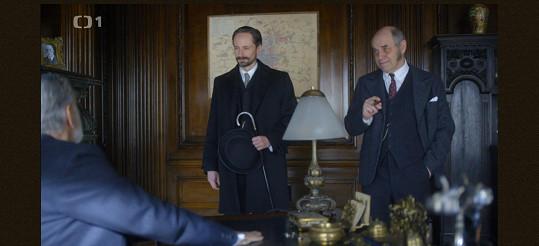 V dobové detektivce hraje vrchního komisaře. Na snímku s Jaroslavem Pleslem.