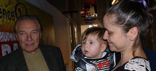Zpěvačka Lenka Dusilová se roztomilým synem Edwardem pochlubila i Karlu Gottovi.