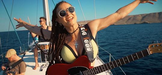 Fanoušci si její tělo v bikinách užijí i v novém videoklipu Summer On, který se tam natáčel.