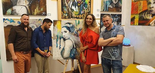 Na vernisáži jim zazpívala Olga Lounová, které nejdříve vymalovali byt a teď jí věnovali obraz s jejím portrétem.