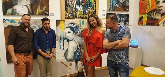 Dvojčata Lukáš a Pavel Kozderkovi (34), původně řemeslníci-malíři, si otevřeli vlastní uměleckou galerii na pražském Arbesově náměstí.