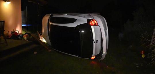 Syn Karla K. po útěku před policií převrátil vůz na bok.