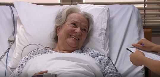 """Carmen Mayerová v seriálu Sestřičky. """"A tak jsem tu, jak mě pánbůh stvořil,"""" řekla k roli nemocné babičky."""
