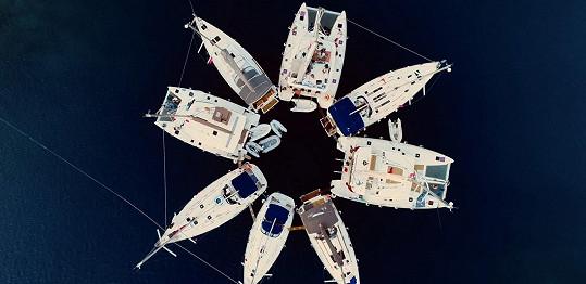 Takhle vypadalo seskupení lodí při samotném vystoupení.