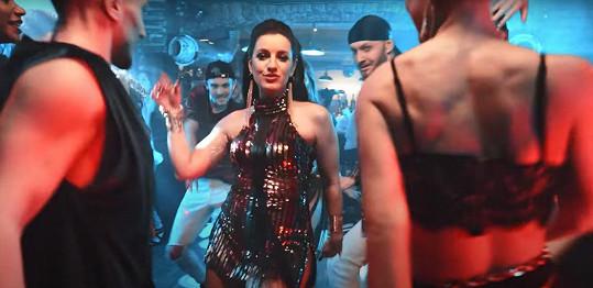 Pod jeho vedením stihla natočit klip k písni Vamos i Bailar, která boduje v hitparádách a líbí se i v Polsku nebo ve Španělsku.