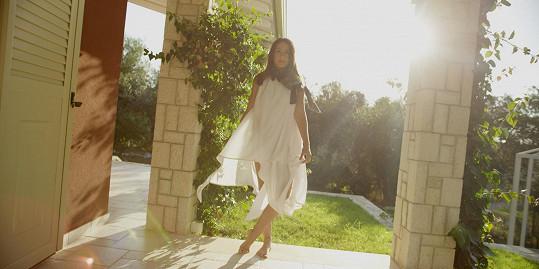 V klipu oblékla modely od návrháře Michala Marka.