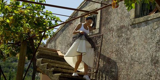 Klip k písni El Latino natáčela v romantickém prostředí na řeckém ostrově Korfu.
