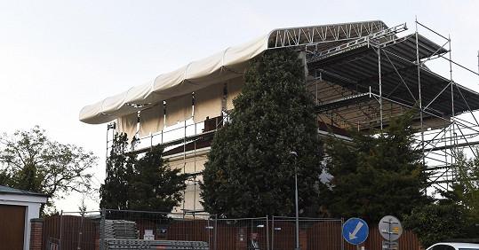 Konstrukce pro výměnu střechy připomíná střechu pódia na festivalech.