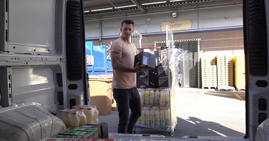 V supermarketu v pražských Letňanech vyzvedával zboží do potravinové banky.