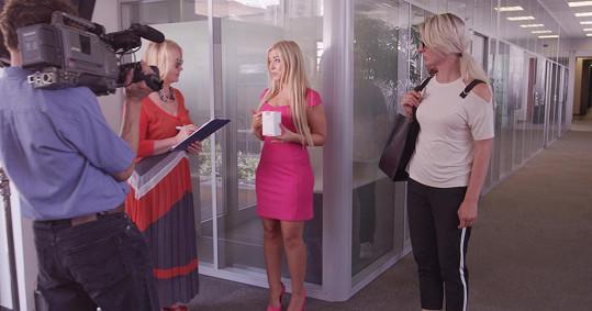 Blogerka Dominika Myslivcová si v komedii zahraje celebritu, která pro televizi dělá rozhovor o přípravku na zvětšení poprsí.