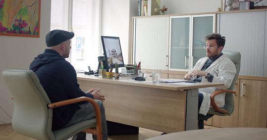 Jeho pacientem je slovenský herec Ľuboš Kostelný.