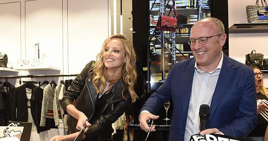 Přestřihla pásku butiku návrháře Karla Lagerfelda, jehož modely také předváděla.
