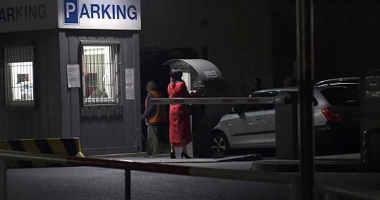 Zaplatila parkování.