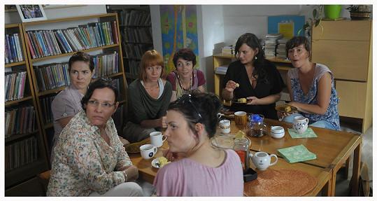 V dalších rolích se představí například Eva Holubová, Zuzana Norisová či Simona Babčáková.