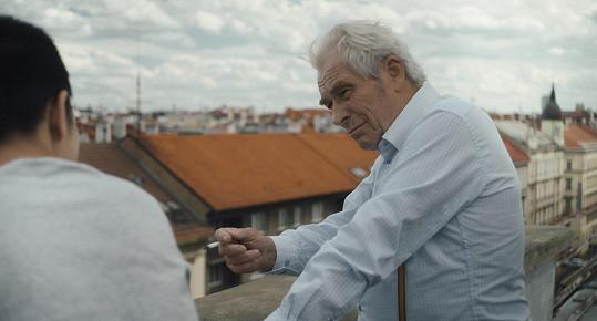 V hlavní roli příběhu stárnoucího, osamělého muže, kterého náhodné události spojí s mladým Vietnamcem na útěku, se představí Alois Švehlík.