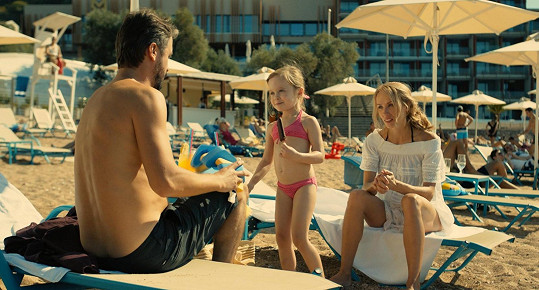 Petra při scéně, kdy se seznámí s partnerem, jehož hraje srbský herec Branislav Trifunović. Na pláži ji uvidíte i v bikinách.