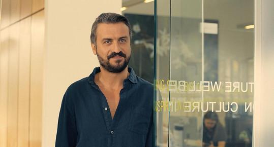 Hlavní mužskou roli má Srb Branislav Trifunović.
