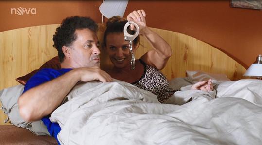 Alice Bendová a Martin Dejdar v seriálu Kameňák.