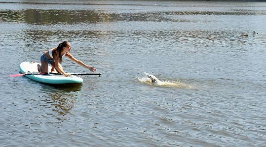 Nikol zkoušela paddle board na Vltavě a Lilly se rozhodla k ní doplavat.