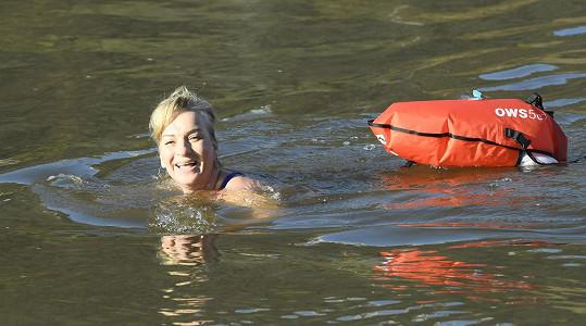 V prosinci má voda ve Vltavě jen 5 stupňů, herečka už si zvykla.