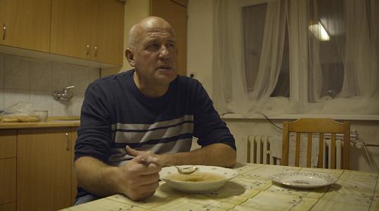 Svou rodinu a komfortní zázemí na týden opustil a vyměnil za ubytovnu v Ostravě.