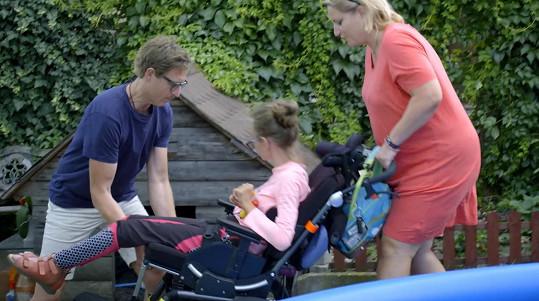 Návštěva tělesně postižených dětí pro něj byla velmi emotivní.