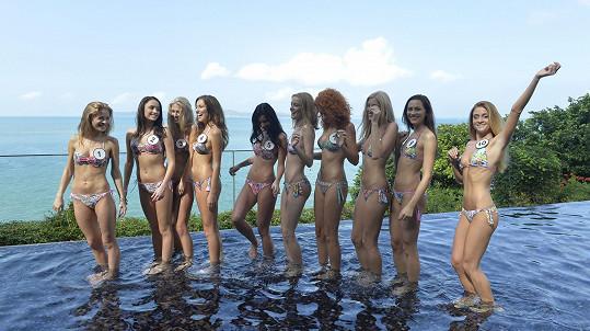Druhý den po příletu si chtěly finalistky užít aspoň chvíli v bazénu.